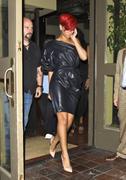 th_14544_RihannaleavingAGOrestaurantinLA19.7.2010_12_122_39lo.jpg