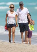 http://img231.imagevenue.com/loc473/th_516224389_Luisana_Lopilato_Michael_Buble_walking_on_Miami_Beach4_122_473lo.jpg